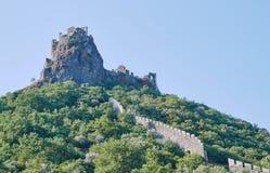 Steenruïnes van een middeleeuws kasteel op een heuveltop Stock Foto's