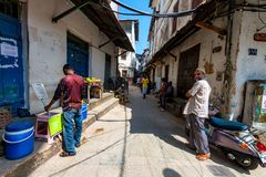 STEENstad, ZANZIBAR - JANUARI 9, 2015: Straat van Steenstad op zonnige dag Stock Foto's