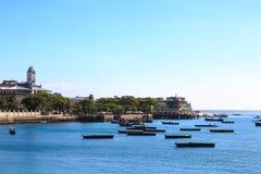 Steenstad Zanzibar van het water wordt gezien dat stock afbeelding