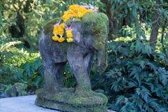 Steenstandbeeld van een bemoste olifant royalty-vrije stock fotografie