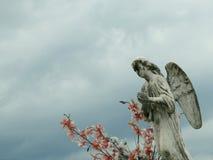Steenstandbeeld van een engel, met vleugels, het bidden stock foto's