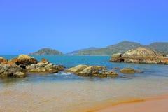 Steenstrand dichtbij eiland in India Stock Foto