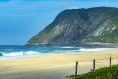 Steenstrand en berg Strandparadijs Itacoatiarastrand De stad van Niteroi, Staat van Rio de Janeiro Brazil royalty-vrije stock afbeeldingen
