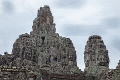 Steentempels met gezichten in Kambodja stock afbeeldingen