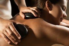 Steentherapie - massageclose-up Stock Foto's