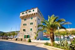 Steentoren in Adriatische stad van Jachthaven Stock Foto's