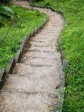 Steentrap die door groen wordt omringd stock foto