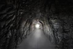 Steentunnel onder een berg Stock Afbeeldingen