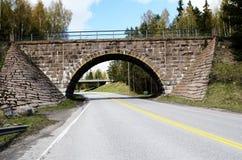 Steenviaduct over de weg Stock Foto's