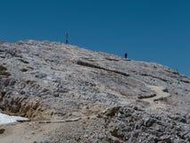 Steenweg onder Onvruchtbare Bergen, Houten Christian Cross en Wo royalty-vrije stock foto's