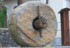 Steenwiel met boomstam royalty-vrije stock foto