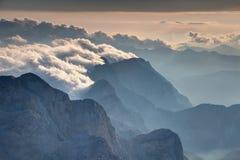 Steep vaggar vänder mot över den disiga Trenta dalen Julian Alps Slovenia royaltyfri foto