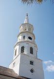 Steeple branco da igreja da terra Fotografia de Stock Royalty Free