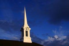 Steeple da igreja do pôr-do-sol foto de stock