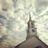 Steeple e céu da igreja fotografia de stock