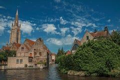 Steeple e le vecchie costruzioni di mattone sul ` s del canale orlano in un giorno soleggiato a Bruges Fotografia Stock Libera da Diritti