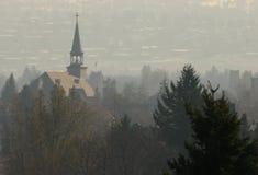 Steeple im Nebel Lizenzfreie Stockfotos