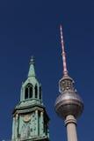 Steeple von Kirche- und Berlinfernsehapparat Str.-Marys ragen hoch Lizenzfreies Stockfoto
