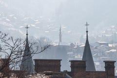 Steeples башен минарета и церков на холмах Сараева, Босния и Герцеговина Стоковые Фото