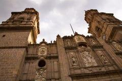 Steeples principali della cattedrale che osservano in su Morelia Messico Fotografia Stock