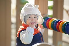 Steet-Porträt des netten Kindes, das mit colourfull spielt, schlingt sich am Spielplatz Lizenzfreie Stockfotos
