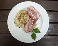 Steewed kålar och bacon Arkivfoto