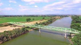 Steg über dem überfliegenden Fluss stock video footage
