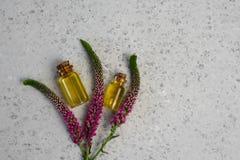 Steg blomman och nödvändig olja aromatherapy brunnsort arkivbilder