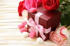 Steg blommor och feriegåvor för St-valentin Arkivbild