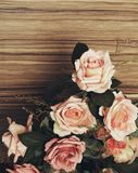 Steg blommor på träbakgrund Retro sikter arkivfoton