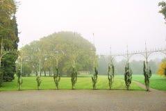 Steg blommor som klättrar en järnkonstruktion i Forest Park Royaltyfri Bild