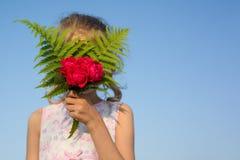Steg den hållande buketten för barnflickan av blommor Gåva överraskning, ferie för vårsommarfamilj arkivbild