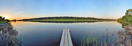 Steg in einem Fluss lizenzfreie stockfotografie