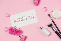 Steg kosmetisk makeup för mode med Lekmanna- lägenhet, bästa sikt på rosa färger b Arkivbilder
