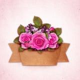 Steg och den lila blommabuketten med hantverkpappersbandet Royaltyfri Fotografi