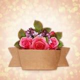 Steg och den lila blommabuketten med hantverkpappersbandet Arkivbild