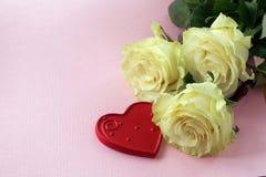 Steg och röd hjärta på en rosa bakgrund Arkivbild