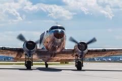 Steg ombord den gamla nivån för Dakota Douglas C 47 transport på landningsbanan Royaltyfria Foton