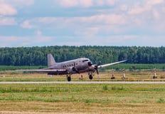 Steg ombord den gamla nivån för Dakota Douglas C 47 transport på landningsbanan arkivfoton