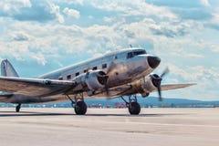 Steg ombord den gamla nivån för Dakota Douglas C 47 transport på landningsbanan royaltyfri foto
