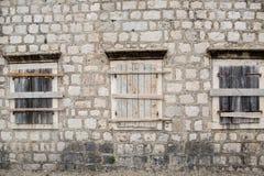 Steg ombord-upp Windows i en gammal stenbyggnad fotografering för bildbyråer