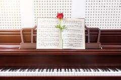 Steg på piano i rum, selektiv fokus musik och pianobegrepp Royaltyfria Bilder
