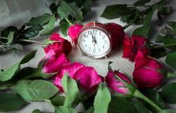 Steg på trä och klockan för försäljning på valentin Arkivbilder