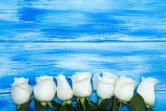 steg white En bukett av delikata rosor på en träblå bakgrund Ställe för text, närbild Romantisk bakgrund för vår royaltyfri foto