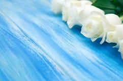 steg white En bukett av delikata rosor på en träblå bakgrund Ställe för text, närbild Romantisk bakgrund för vår royaltyfria bilder