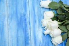 steg white En bukett av delikata rosor på en träblå bakgrund Ställe för text, närbild Romantisk bakgrund för vår royaltyfri bild