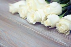 steg white En bukett av delikata rosor på en vit bakgrund Ställe för text, närbild Romantisk bakgrund för vårferier fotografering för bildbyråer