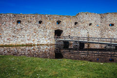 Steg zum alten Schloss auf dem See Lizenzfreie Stockbilder