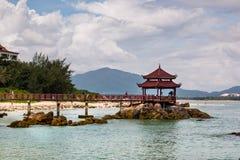 Steg zum Pavillon am Strand von Insel stockbilder