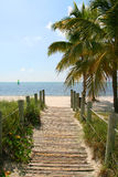 Steg zum Strand Lizenzfreie Stockfotos